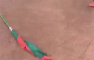 «Ой, какие-то тряпки валяются»: в Минске ветер сорвал красно-зеленый флаг