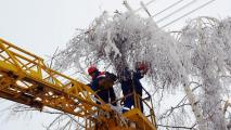 В результате обильного снегопада 135 населенных пунктов лишились электричества