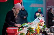 Фотофакт: На улицы Минска вышли сотни продавцов тюльпанов
