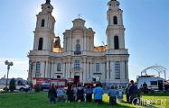 У костела в Будславе прошла первая после пожара молитва