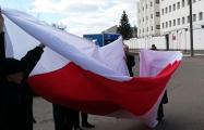 Фотофакт: Бело-красно-белый флаг на Окрестина