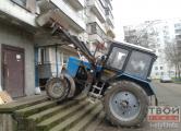 Фотофакт: в Гродно трактор пытался заехать в подъезд