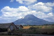 При извержении вулкана в Индонезии погибли 11 человек