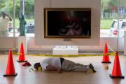 Отца убитого полицейским в США подростка возмутила изображавшая сына инсталляция