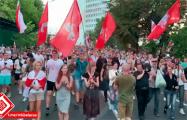 Люди маршем идут к изолятору на Окрестина