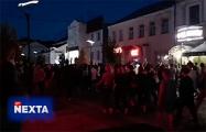 Колонна минчан стекается от кинотеатра Беларусь в сторону проспекта Победителей