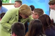 Реакция Меркель на расплакавшуюся девочку стала предметом споров в сети