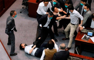 Видеофакт: Депутаты Гонконга подрались из-за гимна Китая