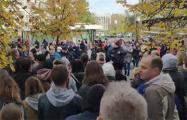Брестчане собрались в центре города и скандируют «Жыве Беларусь!»