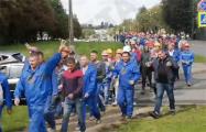 Бастующие строители идут в сторону Дворца Лукашенко