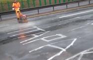 Фотофакт: На белорусских дорогах требуют «остановить таракана»