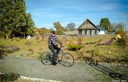 Как на краю Беларуси полсотни пенсионеров сами поднимают деревню
