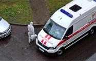 Фотофакт: «Скорые» с медиками в противочумных костюмах массово приезжают к минчанам