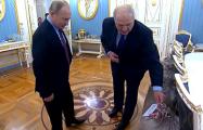 «Лукашенко по свистку бежит в Кремль, высиживая там на мешках картошки»