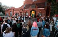 Фоторепортаж: Цепь солидарности и крестный ход возле Красного костела
