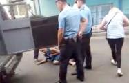 Видеофакт: В Бресте люди вступились за мужчину, которого задерживали милиционеры