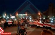 Белорусы не расходятся и поют на площади Независимости песни