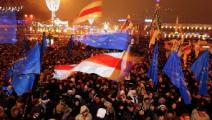 Голосующим в Минске россиянам раздали белые ленты (Фото)