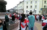 На Марше в Бресте играет песня «Муры»