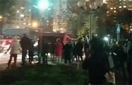 Люди окружили микроавтобус карателей, которые приехали на «площадь Перемен»
