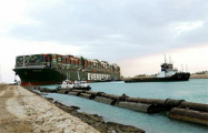 В Китае автотрассу заблокировал грузовик с контейнером компании, чье судно перекрыло Суэцкий канал