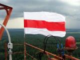 Бело-красно-белый флаг в центре Гомеля (Фото)