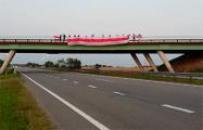 Жители Дзержинска растянули на мосту огромный бело-красно-белый флаг