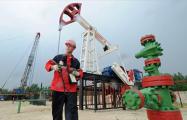 Доходы России от продажи нефти сократились почти вдвое