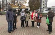 Жодинские пенсионеры провели акцию солидарности с БЧБ-пастилой в руках