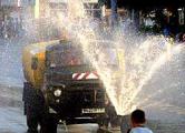 Поливальные машины против участников акции солидарности (Видео, фото)