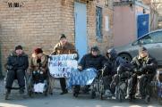 Инвалиды-колясочники протестуют против дискриминации (Фото)