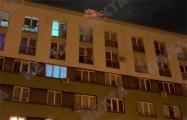 Минчане оригинально вывесили бело-красно-белые флаги в своем дворе