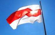 На одном из домов в центре Минска вывесили огромный бело-красно-белый флаг