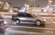 Фотофакт: По Минску ездят авто с новогодним оленем и санями на крыше