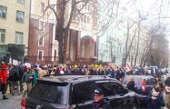 Видеофакт: Украинцы поют «Родны край» у посольства Беларуси