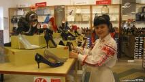 Обувной магазин в Гродно одел работников в вышиванки