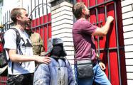 Фотофакт: К консульству России в Киеве принесли чучело «ватника»