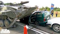 Военные заплатили водителю раздавленного БМП автомобиля компенсацию
