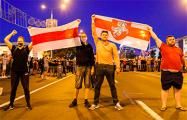 Протестующие в Минске идут с Немиги на площадь Победы