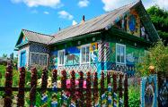Как пенсионеры из-под Воложина необычно украшают дом и хотят попасть в Книгу Гиннесса