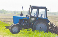 В Витебском районе тракторист сеялкой переехал коллегу