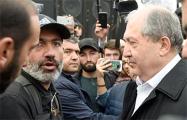 Протестующие вынудили президента Армении прийти на митинг