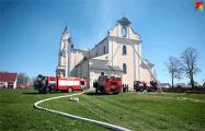 «Папа! Спускайся! Ты герой!»: к костелу в Будславе приехали белорусы из разных городов