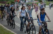 Велосипедисты массово катаются на Октябрьской площади