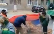 Дворников не будут наказывать за сбор мусора в российский триколор