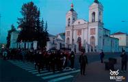 Большая колонна протестующих идет по центру Витебска