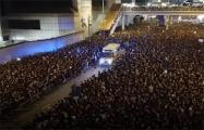Видеофакт: Многотысячная толпа в Гонконге расступается перед скорой