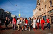 Женщины в коронах вышли на прогулку по проспекту