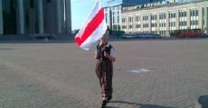 Минчанка прошла по Октябрьской площади с национальным флагом (Фото)