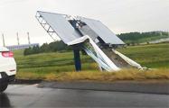 Фотофакт: На МКАД ветер сорвал с опоры баннер, его снесло на проезжую часть